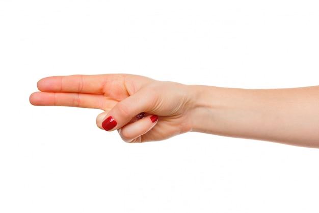 A mão da mulher aponta um dedo para algo isolado