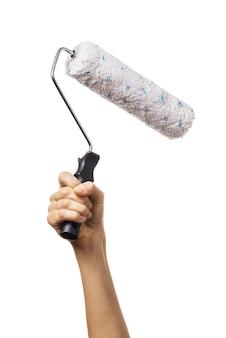 A mão da mulher levantada segura um rolo para pintar o trabalhador de várias superfícies com uma ferramenta isolada na superfície branca