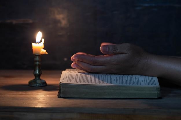 A mão da mulher rezou