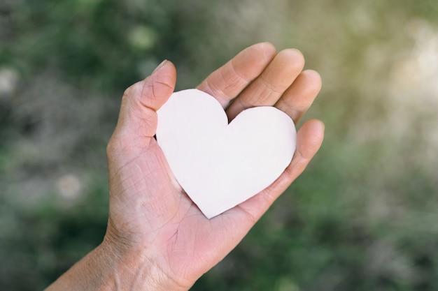 A mão da vovó segura um coração