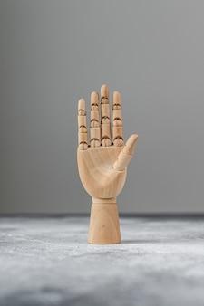 A mão de madeira mostra cinco dedos levantados. o conceito de comunicação