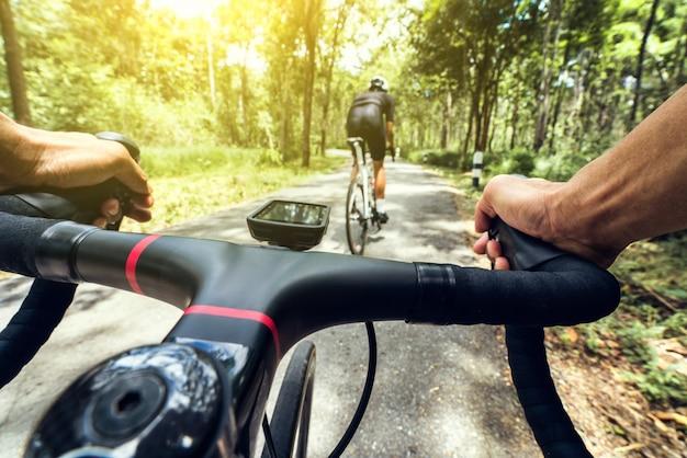 A mão de um ciclista está subindo.
