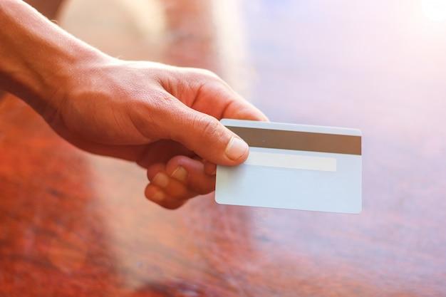 A mão de um conceito de negócio de cartão de crédito de homem