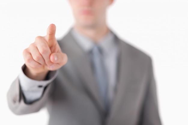 A mão de um empresário tocando em algo