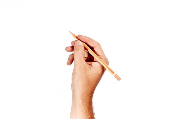 A mão de um homem segura um lápis laranja branco