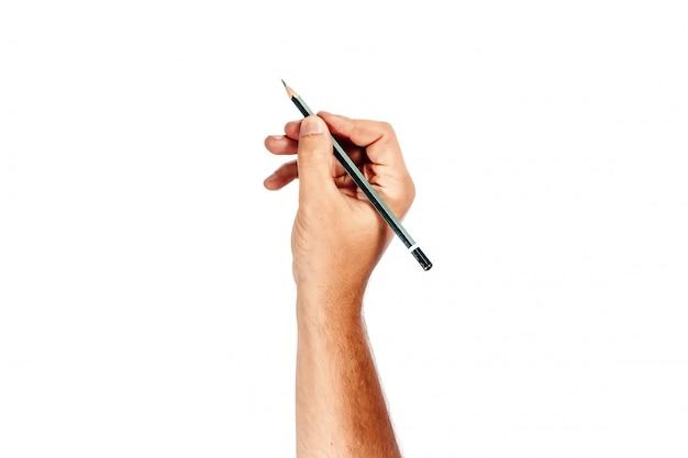 A mão de um homem segura um lápis preto sobre um branco