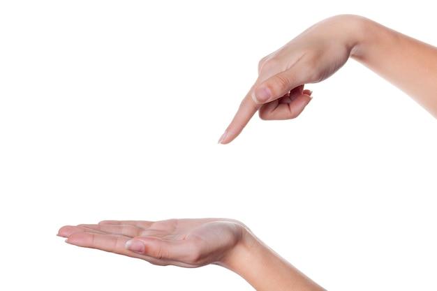 A mão de uma mulher aponta um dedo para outro isolado no branco