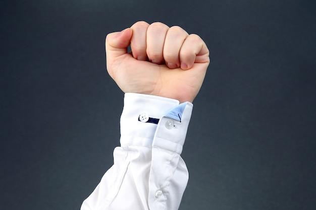 A mão do homem cerrada em punho