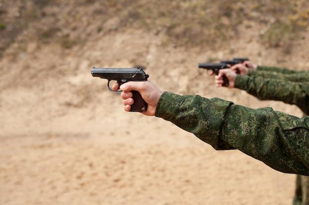 A mão do homem com uma arma