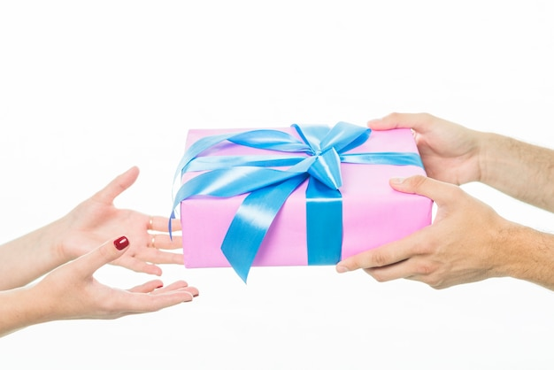 A mão do homem dando de presente para sua namorada sobre fundo branco