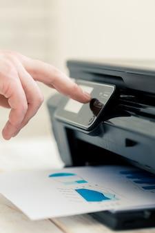 A mão do homem fazendo cópias.