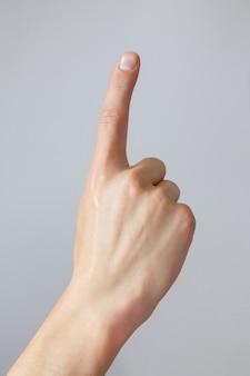 A mão do homem mostra o número um. gesto ou sinal de contagem regressiva. linguagem de sinais.