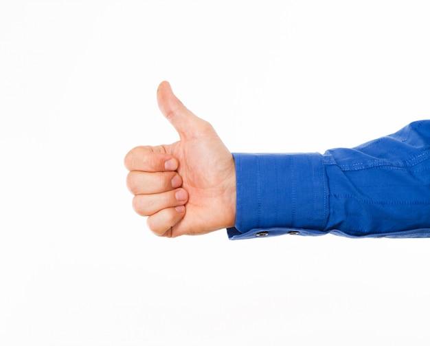 A mão do homem mostrando os polegares para cima o sinal