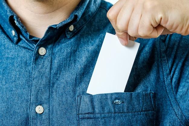 A mão do homem tira o cartão de visita em branco do bolso