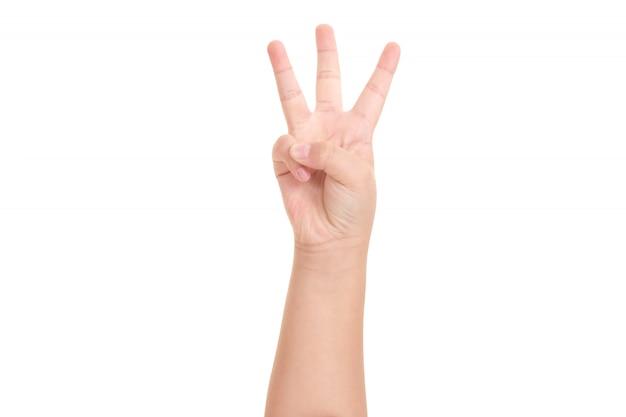 A mão do menino mostrada três dedos