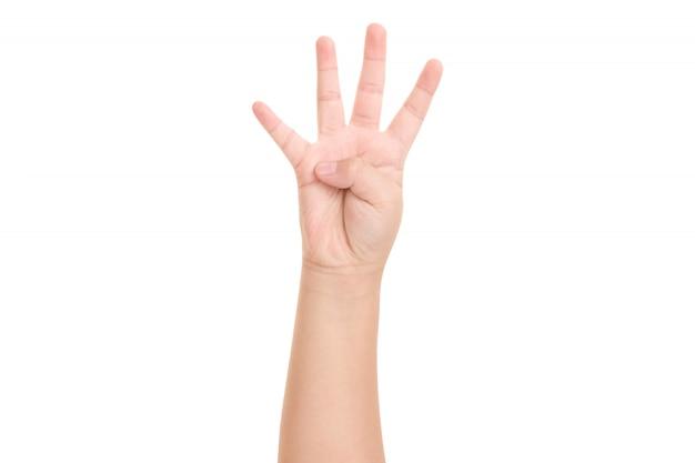 A mão do menino mostrou um símbolo de quatro dedos para o designer gráfico.