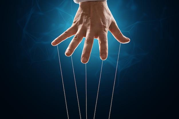 A mão do titereiro é grande.