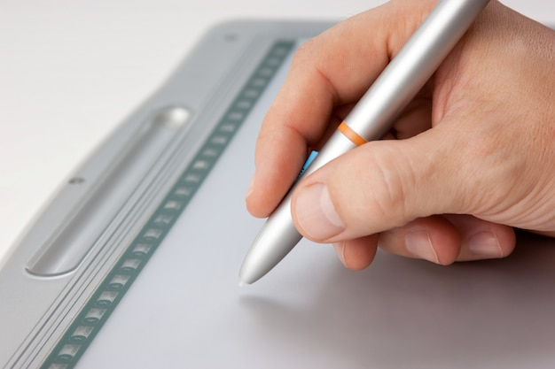 A mão dos homens desenha o tablet pc