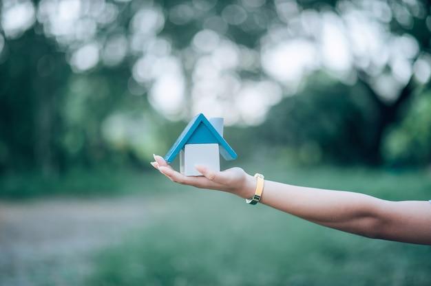 A mão e a casa da menina, a casa branca tomada de perto. e há espaço.