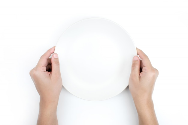 A mão está segurando o prato na vista superior. isolado fundo branco.