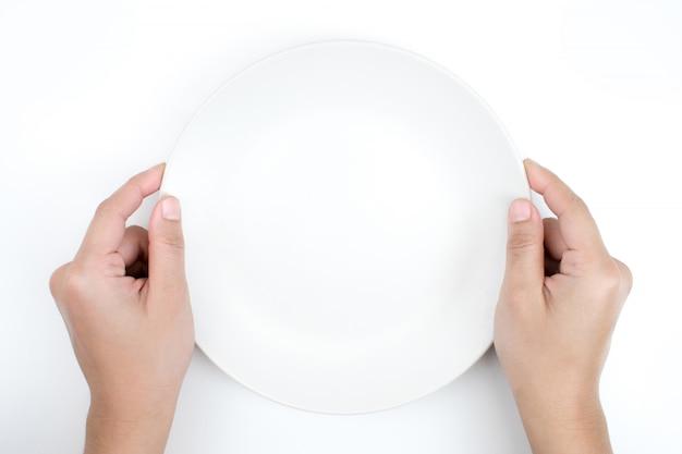 A mão está segurando um prato vazio