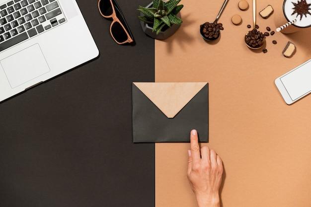 A mão humana do design do café do espaço de trabalho aponta para
