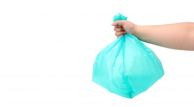 A mão joga um saco de lixo isolado em um fundo branco, no estúdio
