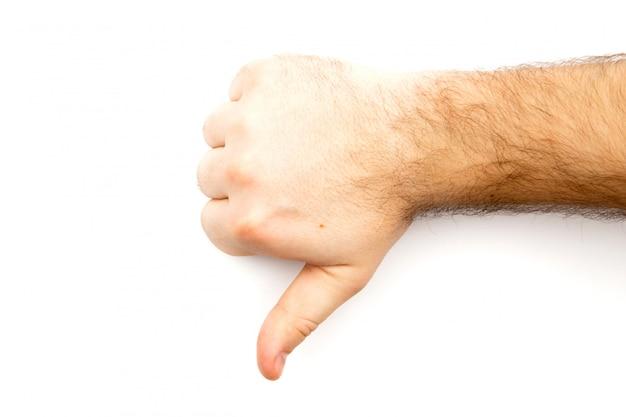A mão peludo masculina que mostra o desagrado, ao contrário, falha, discorda sinal, polegar mão para baixo com espaço branco do fundo e da cópia