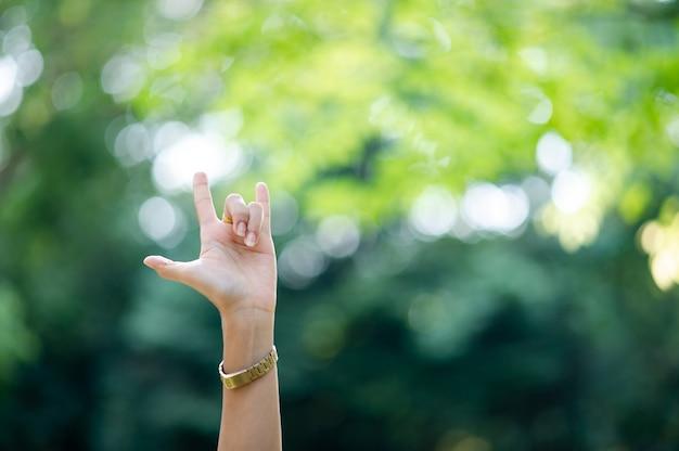 A mão que expressa puro amor
