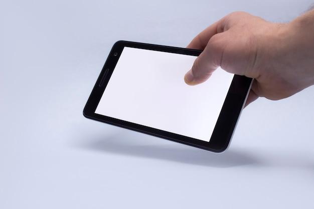 A mão segurando o smartphone