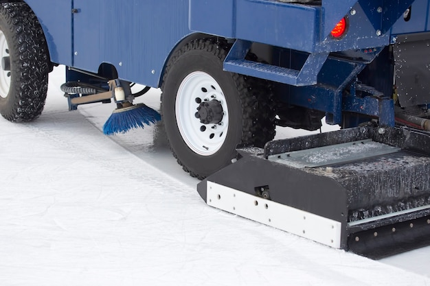 A máquina de colheita de gelo especial limpa a pista de gelo. indústria de transporte