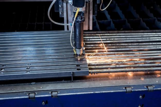 A máquina de corte a laser cortando os furos em tubos.
