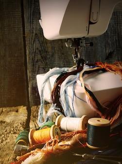 A máquina de costura e ferramentas.