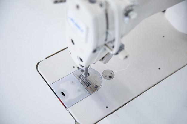 A máquina de costura e item de roupa