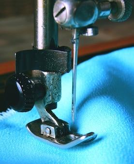 A máquina de costura e o tecido.