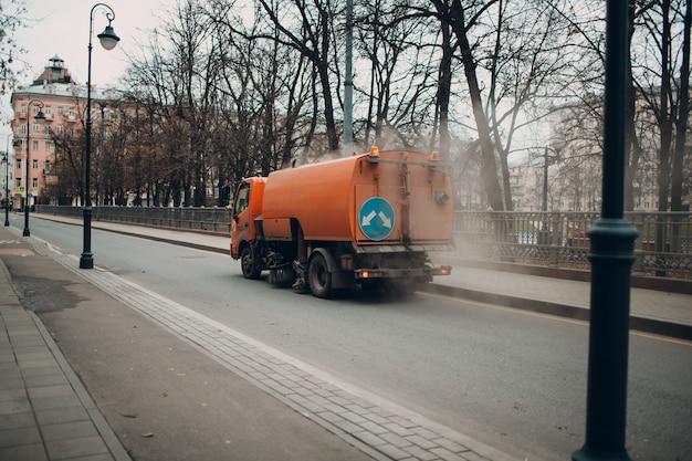 A máquina de limpeza na rua