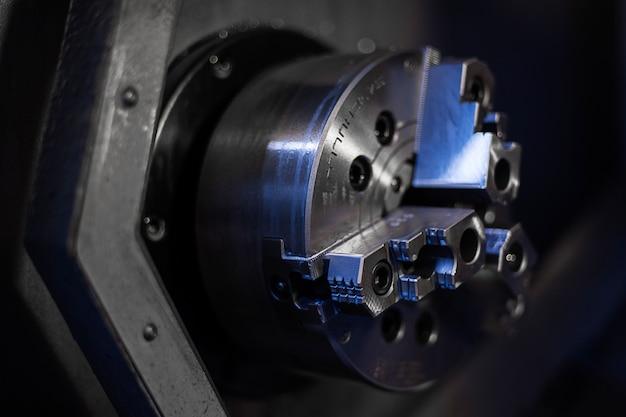A máquina do torno do cnc ou a máquina de giro que fura a haste de metal