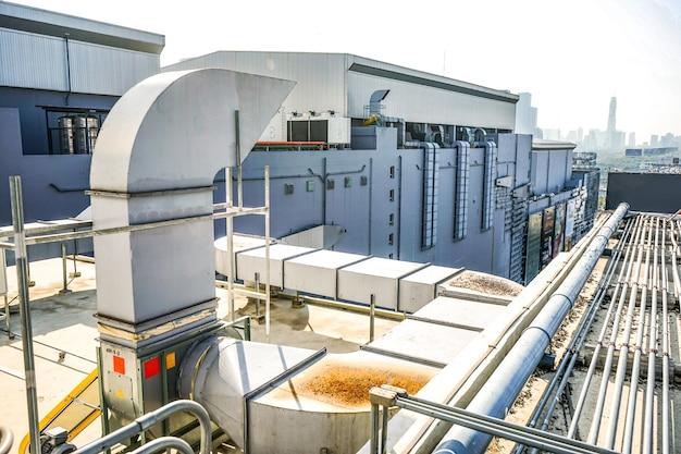 A máquina industrial no telhado do enorme edifício.