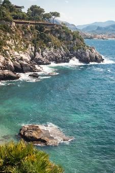 A maravilhosa praia francesi em mongerbino, na sicília