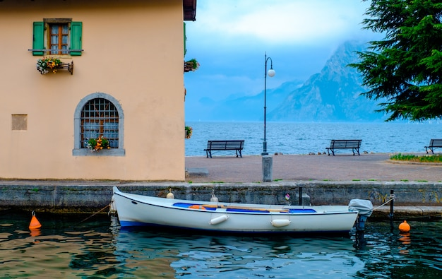 A margem do lago de garda. itália.