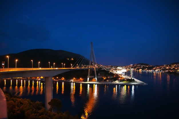 A marina à noite na cidade de dubrovnik, no mar adriático, croácia