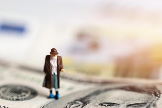 A máscara de desgaste do empresário impede o vírus covid19 para uma boa assistência médica na nota de dólar