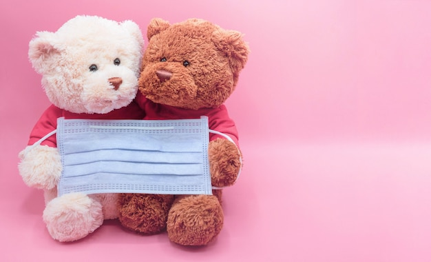 A máscara de retenção de ursinho branco e marrom protege contra o coronavírus e a poeira pm2.5. conceito de higiene e saúde