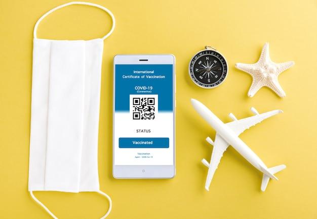 A máscara facial do modelo do avião e o passe de imunidade são organizados no smartphone