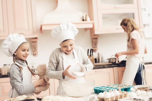 A massa em uma família panqueca do queque está cozendo junto.