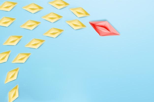 A melhor liderança de líder e chefe no conceito de organização, navio de papel leva ao sucesso