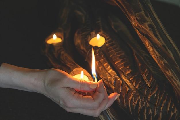 A menina acende velas com fósforos