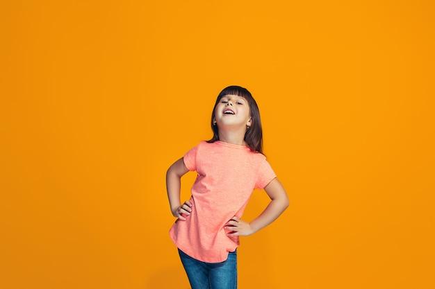 A menina adolescente feliz em pé e sorrindo