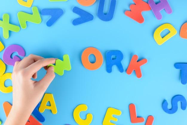 A menina apaga as letras multicoloridas que as palavras funcionam.