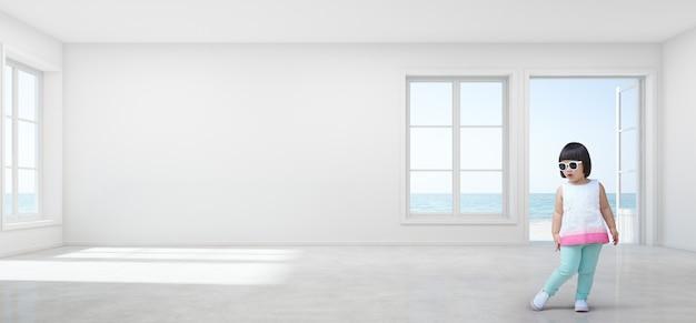 A menina asiática engraçada da criança com os óculos de sol na opinião vazia do mar caçoa a sala da casa de praia moderna.